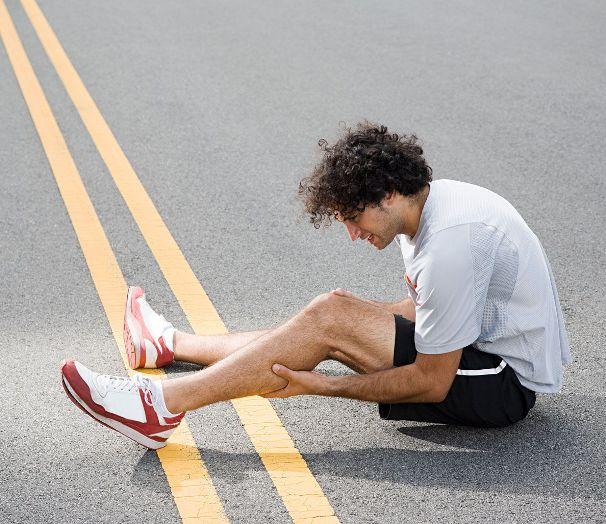 Почему у меня судороги в ногах?Что может помочь?